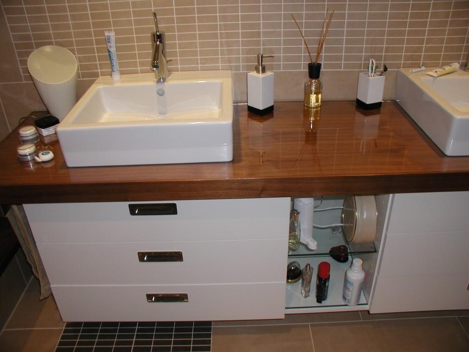 bad nussbaum weiss lackiert in hochglanz schreinerei jakob denkendorf kreativ pers nlich. Black Bedroom Furniture Sets. Home Design Ideas